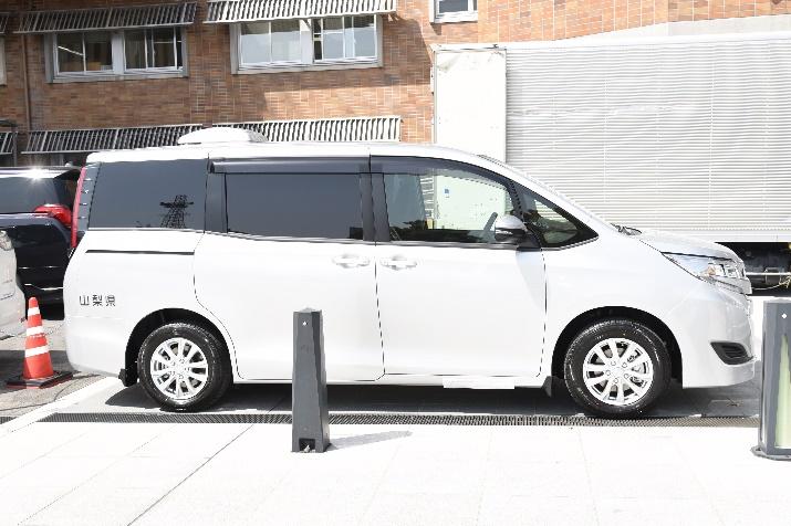 山梨県のロゴが入った感染者搬送車両 ベースはトヨタの人気車種「ノア」