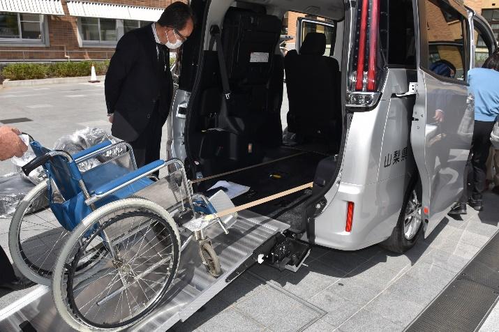 車椅子を安全かつ容易に昇降させる電動スロープ
