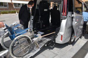 車椅子のまま乗降できる感染者搬送の電動スロープ